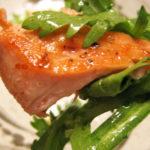 栄養豊富な春菊と秋鮭のサラダ